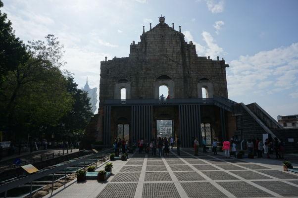Ruiny Chrámu sv. Pavla v Macau pri pohľade zozadu, resp. zvnútra bývalého kostola