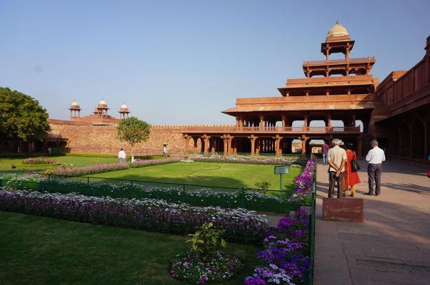 Panč Mahal (Panch Mahal) vo Fatehpur Sikri - päťpochodový palác s postupne sa zmenšujúcimi poschodiami, ktorý slúžil pre rôzne oslavy a vystúpenia