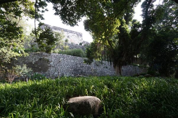 Fortaleza do Monte (doslova Pevnosť na kopci) v Macau - historická stavba z čias portugalskej komunikácie obkolesená zeleňou