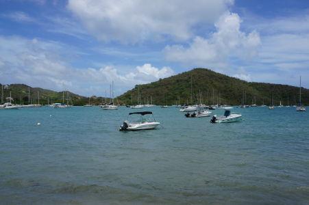 Loďky kotviace v zálive Coral Bay