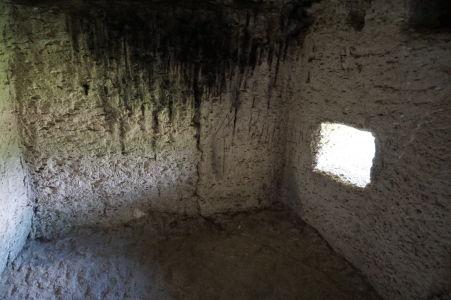 Kláštor v Starom Orhei vyhĺbený v skale - Jaskyňa, kde spia mnísi, má i okienko