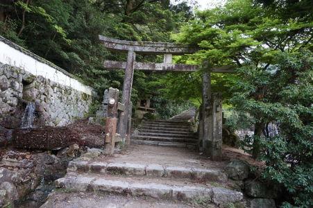 Začiatok cestičky na horu Misen vedľa chrámu Daišó-in je opatrený bránou torii