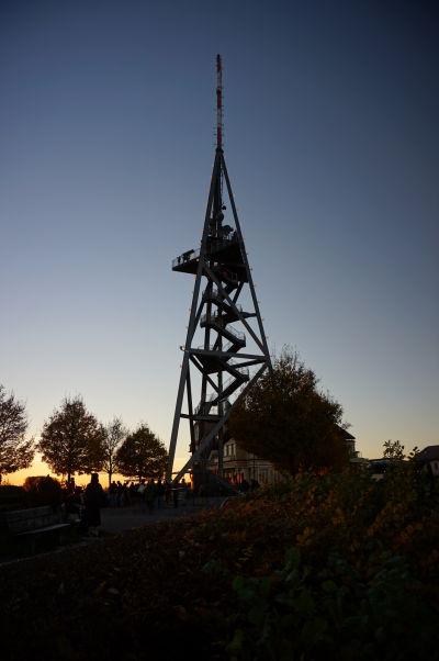 Vyhliadková veža v posledných lúčoch Slnka na vrchole Uetlibergu