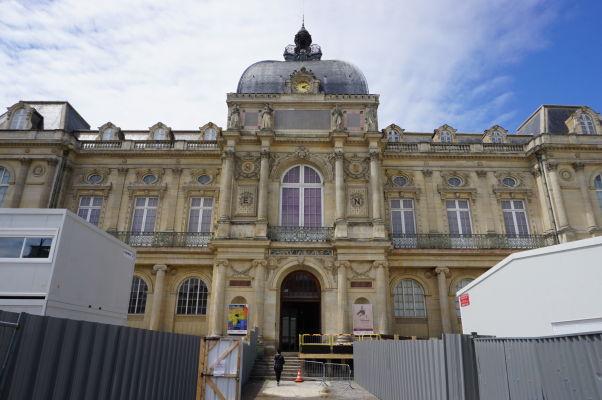 Múzeum Pikardie (Musée de Picardie) v Amiens - honosná budova uchovávajúca miestne archeologické nálezy, ale i diela výtvarného umenia