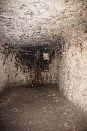 """Kláštor v Starom Orhei vyhĺbený v skale - Mnísi majú nad """"posteľou"""" aj svätý obrázok"""