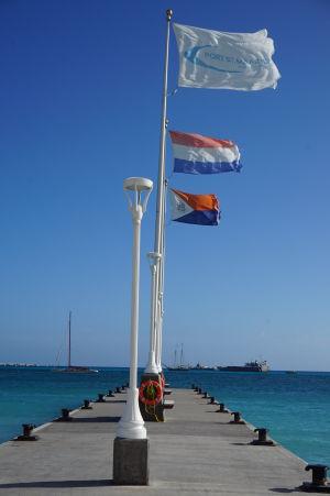 Mólo vo Philipsburgu - vzadu vlajka krajiny Sint Maarten, v strede Holandska