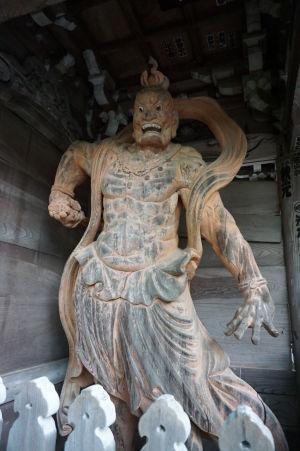 Drevený bojovník Nió strážiaci bránu niómon v komplexe Daišó-in (Naraen Kongó s otvorenými ústami)