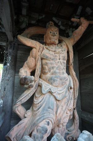 Drevený bojovník Nió strážiaci bránu niómon v komplexe Daišó-in (Misšaku Kongó so zatvorenými ústami)