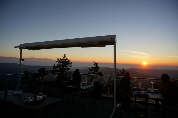 Západ Slnka z terasy v reštaurácii na vrchole Uetlibergu