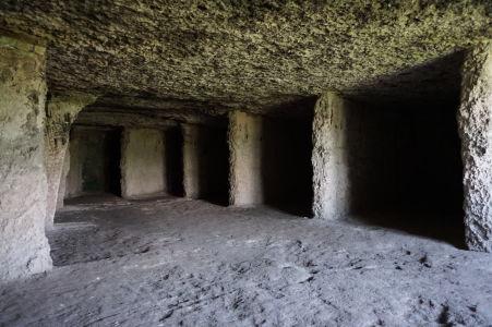 Kláštor v Starom Orhei vyhĺbený v skale - Bunky pre mníchov