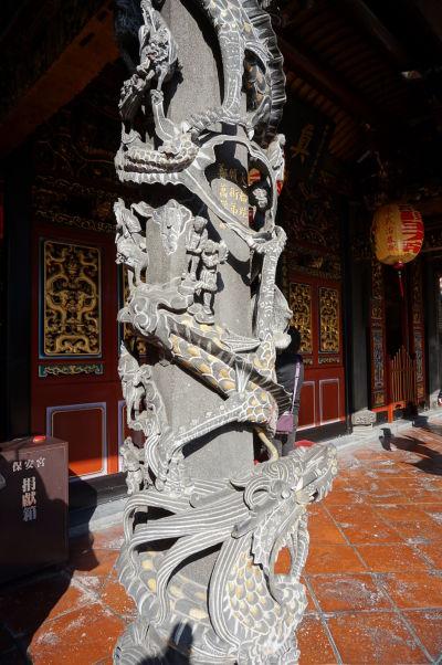 Vyrezávané stĺpy v chráme Bao-An v Tchaj-peji