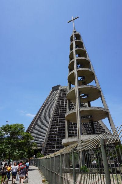 Metropolitná katedrála v Riu de Janeiru, inšpirovaná mayskými pyramídami