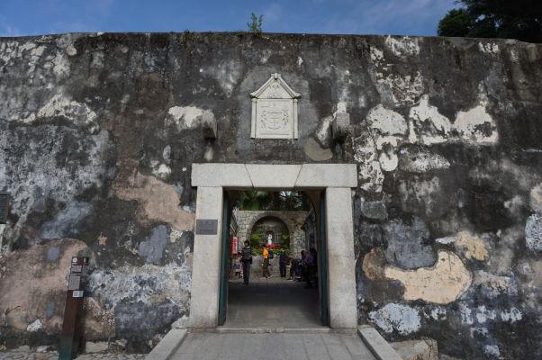 Fortaleza do Monte (doslova Pevnosť na kopci) v Macau - hlavný vstup do pevnosti