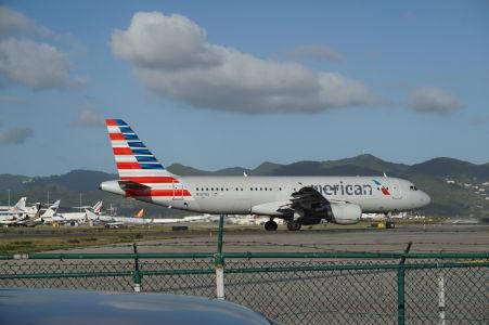 Lietadlo spoločnosti American Airlines sa pripravuje na štart