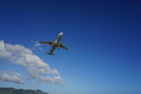 Lietadlo spoločnosti American Airlines vzlieta z dráhy ponad pláž Maho