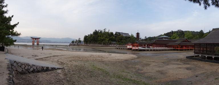 Plávajúca brána torii a svätyňa Icukušima pri odlive, v strede vidieť vežičku nazývanú 5-poschodová pagoda