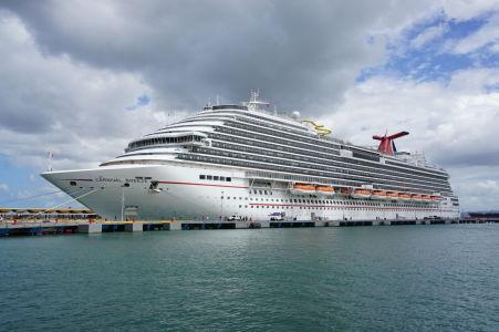 Výletná loď zakotvená pri móle v San Juane