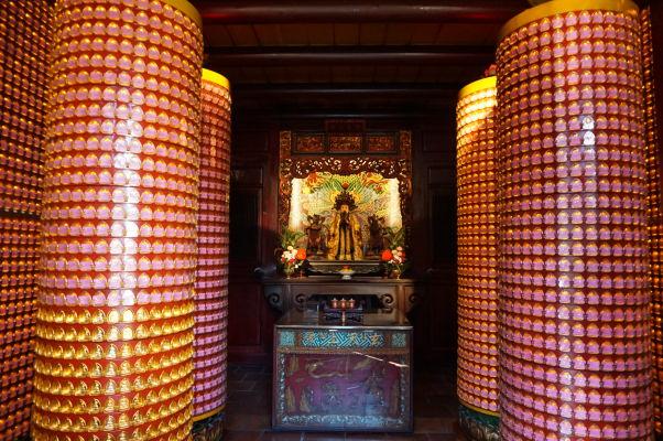 Stĺpy s tisíckami sošiek Budhu v chráme Bao-An v Tchaj-peji