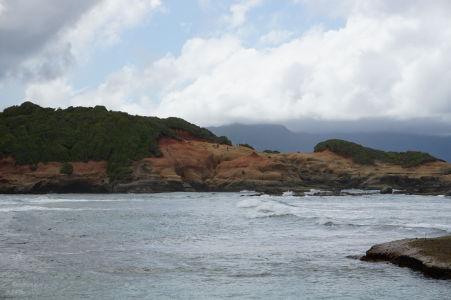 Red Rocks videné z pláže na Pointe Baptiste