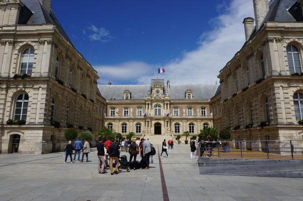 Radnica (Hôtel de Ville) nemôže chýbať v žiadnom francúzskom meste, výnimkou nie je ani Amiens