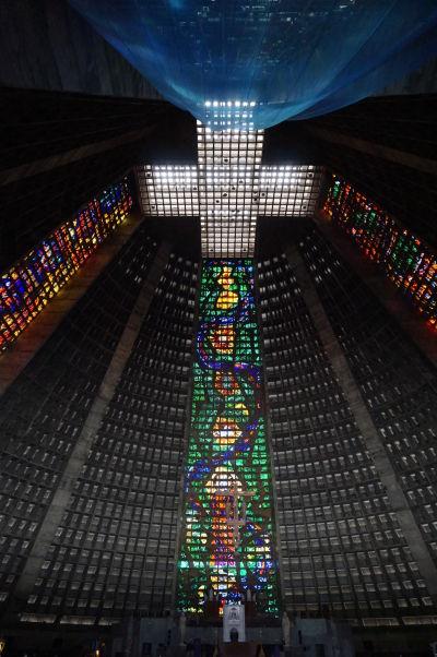 Metropolitná katedrála v Riu de Janeiru, inšpirovaná mayskými pyramídami - vitrážové okná v jej vnútri siahajú do výšky 64 metrov