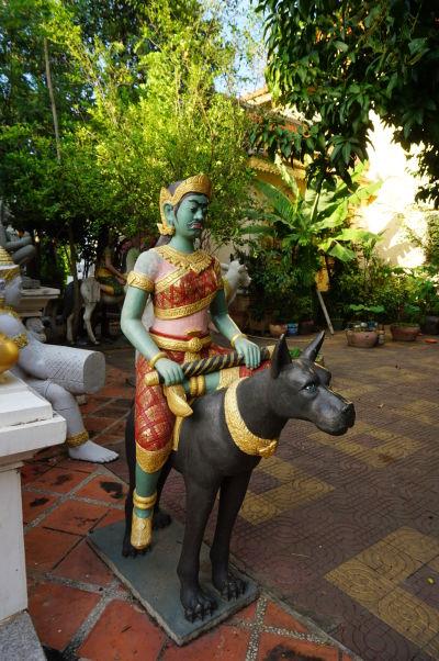 Zvláštna socha v chráme Wat Botum v Phnom Penhu