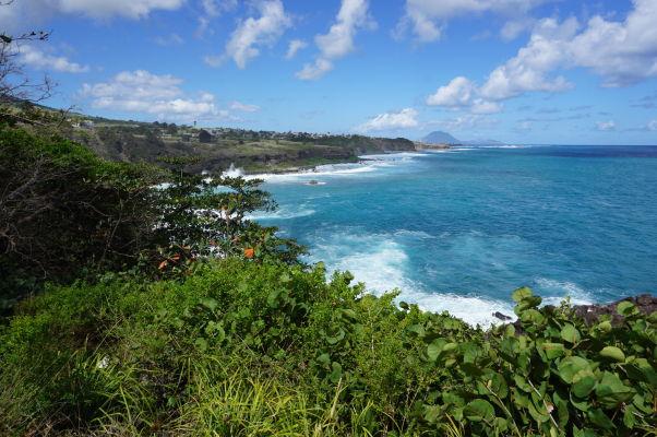 Priezračne modré Karibské more a pobrežie ostrova Svätý Krištof - v pozadí ostrov Nevis