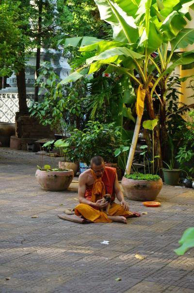 Mních v chráme Wat Botum v Phnom Penhu