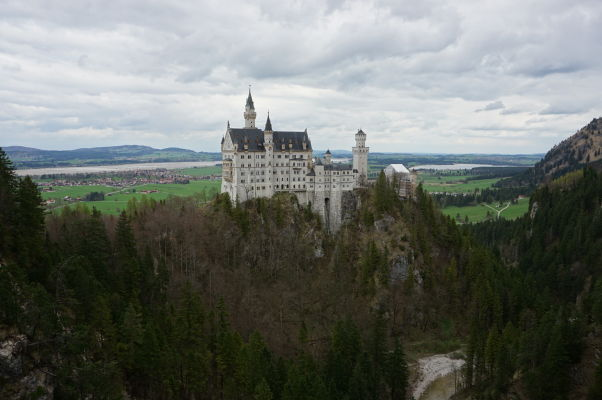 Pohľad na hrad Neuschwanstein z mostu Marienbrücke