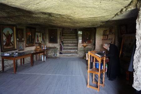 Kláštor v Starom Orhei - Mních slúžiaci vo svätyni