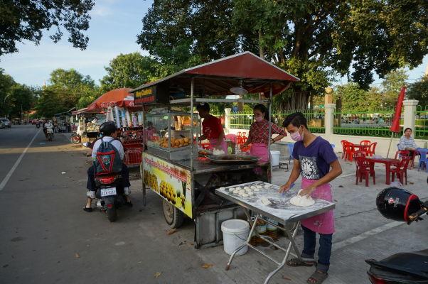 Stánky s občerstvením vo Wat Botum Parku v Phnom Penhu