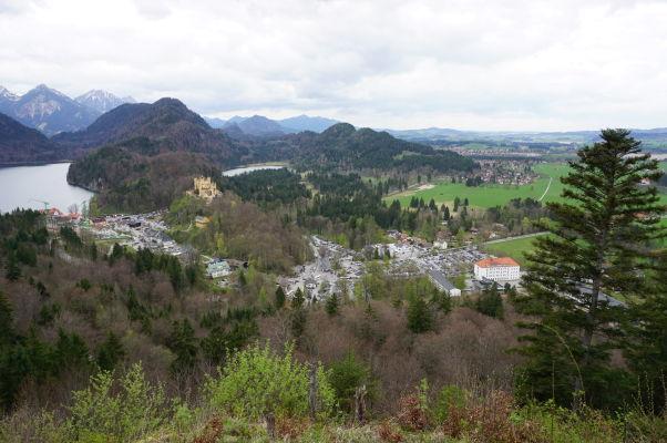Pohľad na dedinku Hohenschwangau od hradu Neuschwanstein