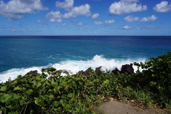 Priezračne modré Karibské more a pobrežie ostrova Svätý Krištof