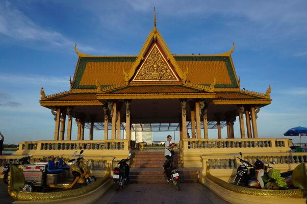Svätyňa Preah Ang Dorngkeu na nábrežnej promenáde pri sútoku Tonlé Sap a Mekongu v Phnom Penhu