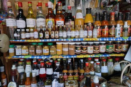 Tržnica v St. George's na Grenade - mandle, hrušky, veľrybí olej, škorica, vanilka, atď, atď, ...