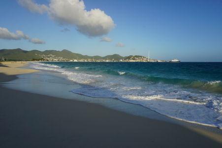Pláž v zálive Simpson Bay - dlhá a opustená