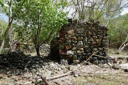 Popri ceste je možné vidieť ruiny starého cukrovaru Annaberg