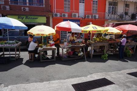 St. George's na Grenade - Stánky, čo sa nezmestili do tržnice, sa zmestili na ulicu