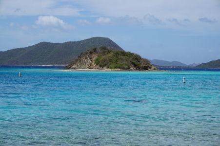 Skalisko Watermelon Cay, okolo ktorého ležia koralové útesy obľúbené pre šnorchlovanie