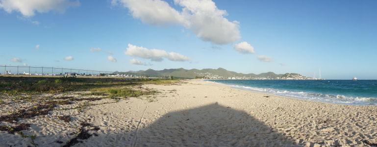 Pláž v zálive Simpson Bay sa nachádza hneď vedľa letiska