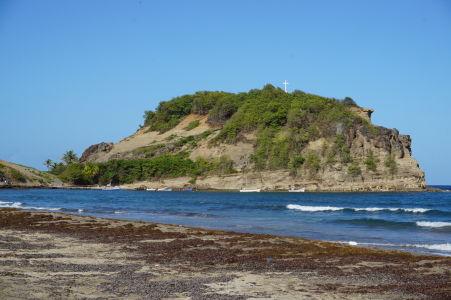 Pláž s čiernym pieskom v mestečku Sainte-Marie a ostrovček Îlet Sainte-Marie