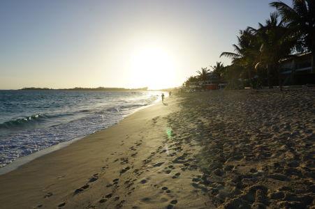 Pláž v zálive Simpson Bay pri západe Slnka