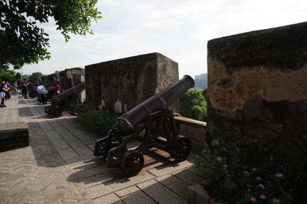 Pevnosť Fortaleza do Monte (doslova Pevnosť na kopci) - historické opevnenie s delami z obdobia portugalskej kolonizácie