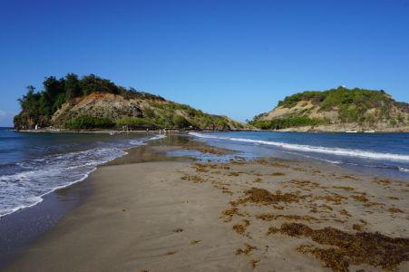 Suchý priechod k ostrovčku Îlet Sainte-Marie počas odlivu