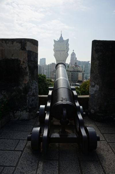 Pohľad na Macao z pevnosti Fortaleza do Monte (doslova Pevnosť na kopci) - historické delo a kasíno Grand Lisboa