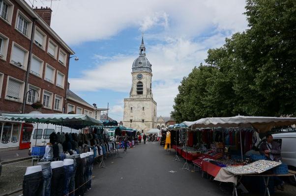 Zvonica v Amiens pri pohľade z námestia Place Léon Debouverie