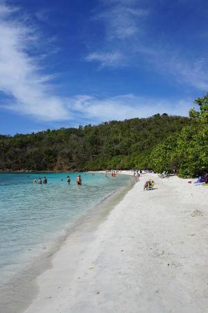 Pláž v zálive Maho Bay