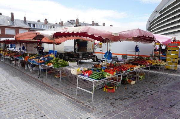 Stánky pred tržnicou Les Halles v Amiens