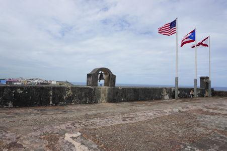 Pevnosť San Cristóbal - V strede zástava Portorika a vpravo burgudnský kríž (pôvodná vlajka používaná počas španielskej nadvlády)