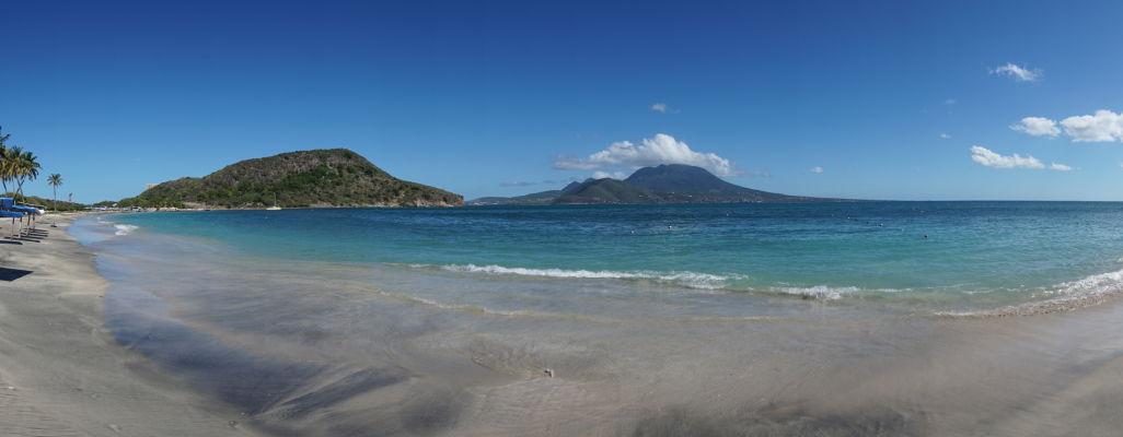 Pláž v Cockleshell Bay na ostrove Svätý Krištof - v pozadí ostrov Nevis